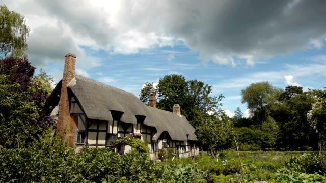 mittelalterliche fachwerk englischen landhaus. - landhaus stock-videos und b-roll-filmmaterial