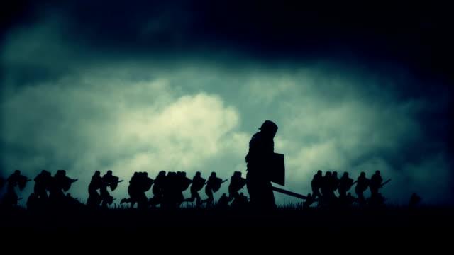 stockvideo's en b-roll-footage met middeleeuwse ridder vallen dood tijdens een oorlog - middeleeuws