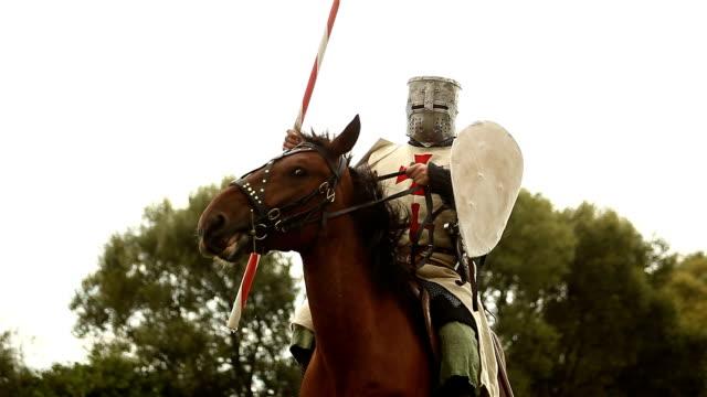 stockvideo's en b-roll-footage met medieval knight on horseback. - middeleeuws