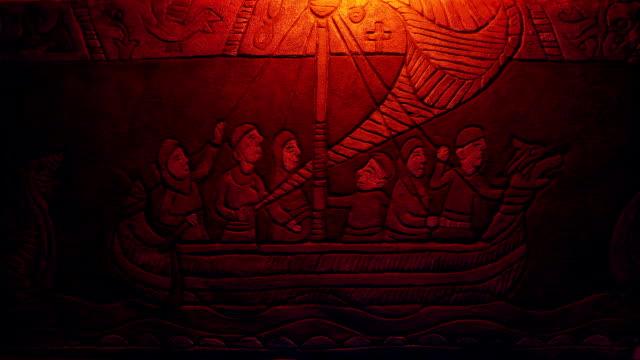 vídeos y material grabado en eventos de stock de arte medieval de pared de barco largo iluminado con fuego - vikingo