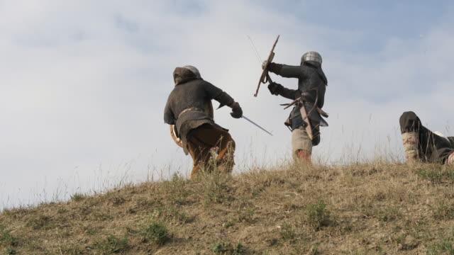 vídeos y material grabado en eventos de stock de hombre medieval derrotando enemigos - vikingo