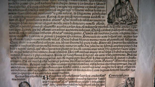 mittelalterliche print (24p, pan unten - lateinische schrift stock-videos und b-roll-filmmaterial