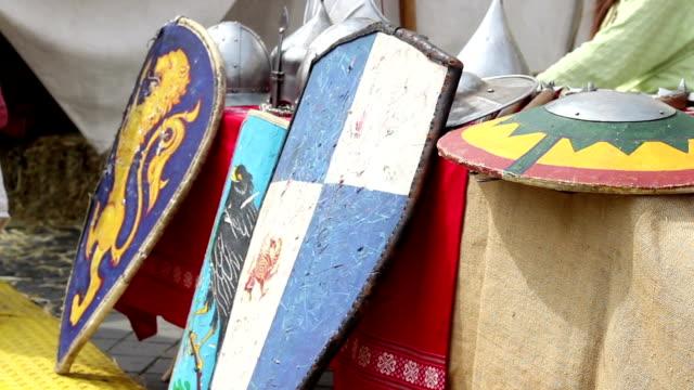 vídeos de stock, filmes e b-roll de medieval shields - insígnia