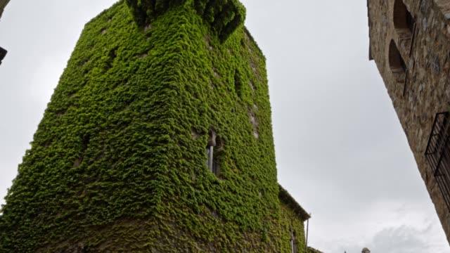 vídeos de stock e filmes b-roll de medieval tower torre de sande in old town of caceres, spain. - ivy building