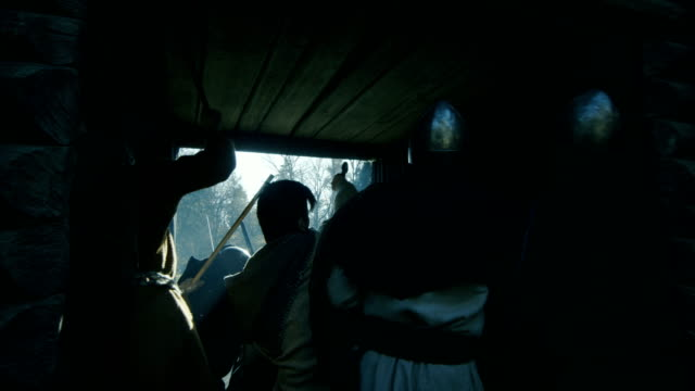 vídeos y material grabado en eventos de stock de los aldeanos medievales pasan por puertas de la fortaleza de madera tratando de esconderse del ataque de viking. guardias de defienden a personas inocentes. imágenes de dentro el hillfort. recreación medieval. - vikingo
