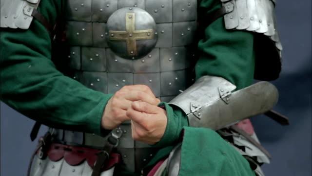 vídeos y material grabado en eventos de stock de guerrero medieval unbuckling la correa - shield