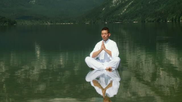 hd crane: meditating in a lake - zen bildbanksvideor och videomaterial från bakom kulisserna