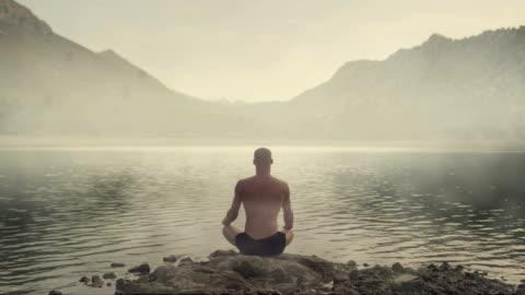 vídeos de stock e filmes b-roll de meditating man healing cosmic energy - espiritualidade