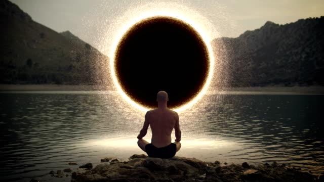 meditiert man öffnung tor zum kosmischen energie - wachsamkeit stock-videos und b-roll-filmmaterial