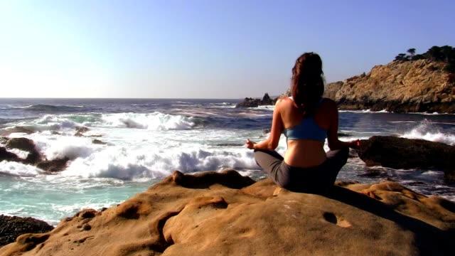 meditation by the ocean - hd - endast unga kvinnor bildbanksvideor och videomaterial från bakom kulisserna