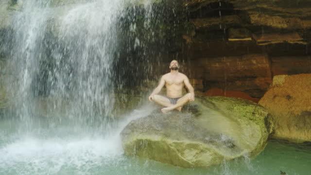 vidéos et rushes de méditation sous la cascade - prendre un bain
