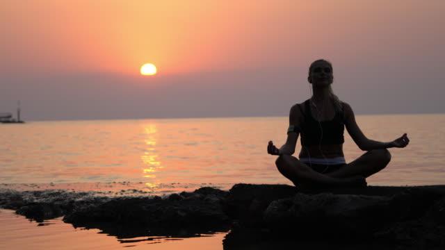 vídeos de stock, filmes e b-roll de meditação - devoto