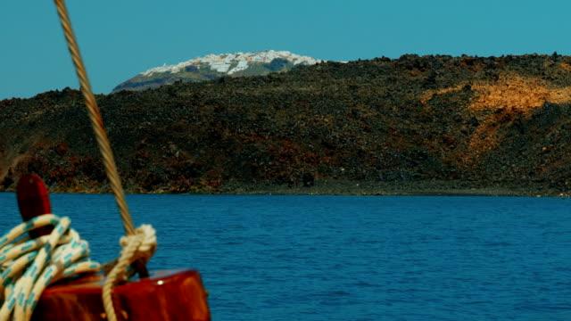 crociera nel mediterraneo si avvicina un'isola vulcanica con dettagli in stile nautico - isole egee video stock e b–roll