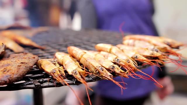 cucina mediterranea. pesce alla griglia e gamberetti. cuoco di preparare un pasto - chef triste video stock e b–roll