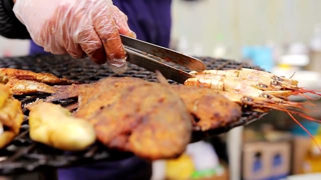 cucina mediterranea. via cuoco mettere a defaticamento gamberi alla griglia - chef triste video stock e b–roll