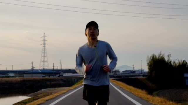 mittlere aufnahme eines mitte erwachsenen mannes laufen am morgen - rennen körperliche aktivität stock-videos und b-roll-filmmaterial