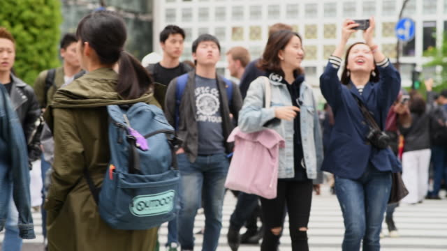 有人在涉谷過境點行走的中度鏡頭 - 澀谷交叉點 個影片檔及 b 捲影像