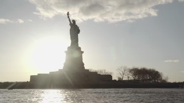 Moyen tiré de la Statue de la liberté, filmé au coucher du soleil de la rivière à New York, États-Unis d'Amérique - Vidéo