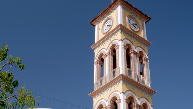 vídeos de stock e filmes b-roll de medium shot of the clock tower in puerto vallarta, mexico - climate clock