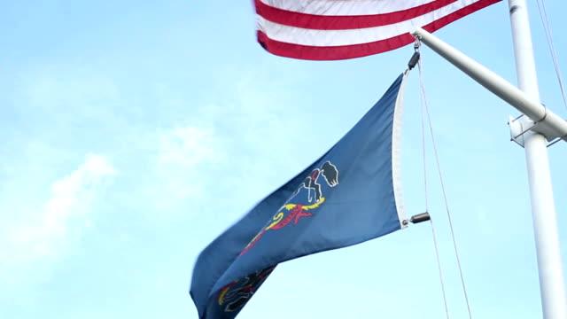 medium schuss die pennsylvanian wappen flagge mit usa-flagge in bg - pennsylvania stock-videos und b-roll-filmmaterial