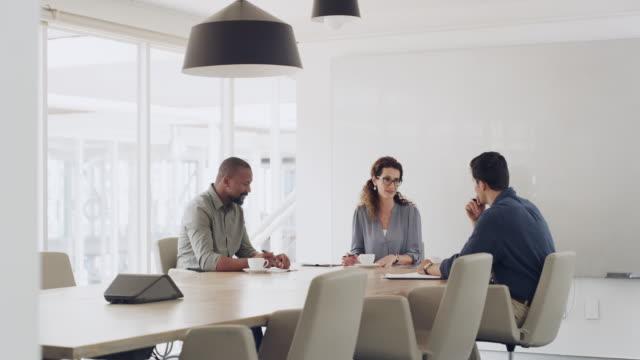 stockvideo's en b-roll-footage met vergadering voor een snelle roundup van de bedrijfsvoering - drie personen