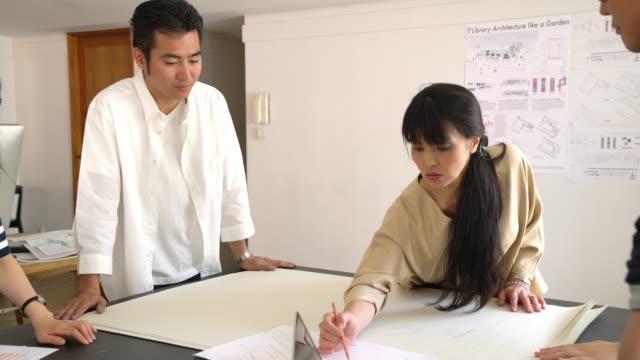 現代建築設計事務所での会議 - 日本人のみ点の映像素材/bロール