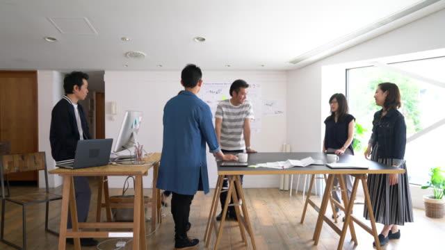 vídeos de stock, filmes e b-roll de reunião em um escritório de arquitetura moderno - somente japonês