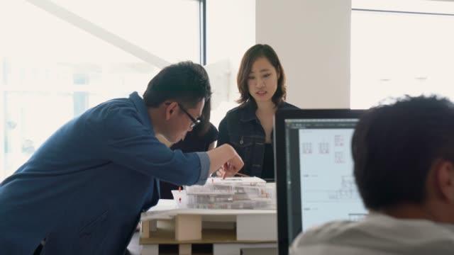 möte i en modern arkitektkontor - japan bildbanksvideor och videomaterial från bakom kulisserna