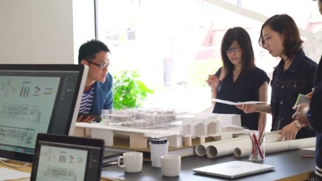 現代建築設計事務所での会議 - 図面点の映像素材/bロール