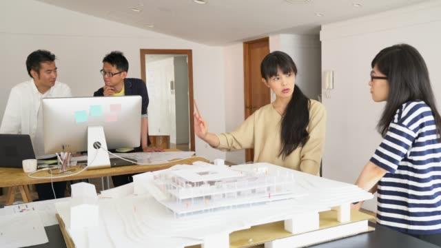 vidéos et rushes de réunion dans un bureau d'architecture moderne - seulement des japonais