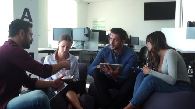 treffen im büro - lateinische schrift stock-videos und b-roll-filmmaterial