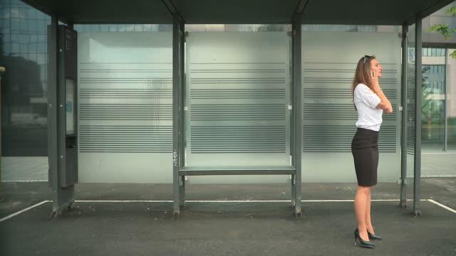 stockvideo's en b-roll-footage met hd: meeting outside - bushalte
