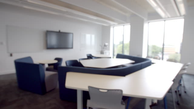 vídeos de stock e filmes b-roll de meeting room inside modern university campus building - plano picado