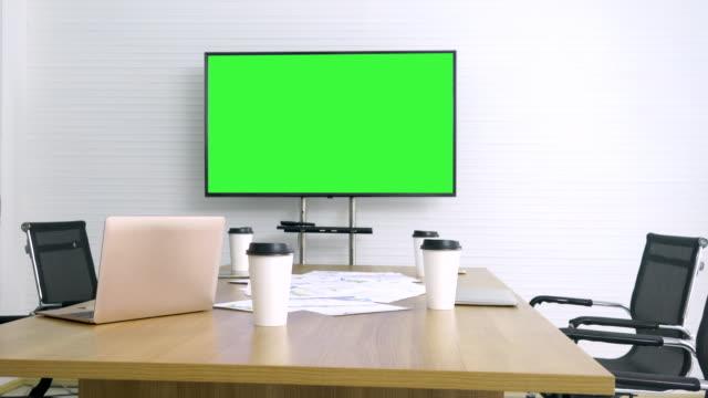 緑色の画面のテレビ会議室 - テーブル 無人のビデオ点の映像素材/bロール