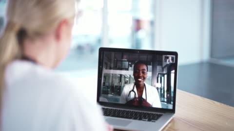 dopo tutto, le riunioni non devono essere fisiche - accudire video stock e b–roll