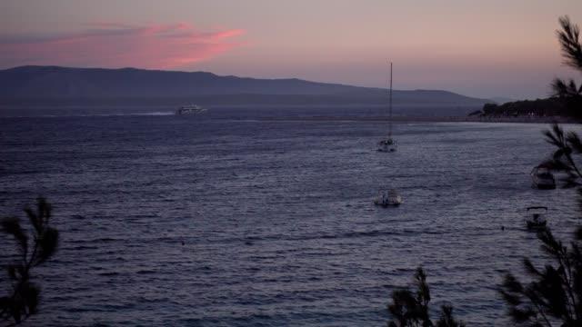 在亞得里亞海上航行的巨型遊艇, 路過著名的尖鼠灘 - golden ratio 個影片檔及 b 捲影像