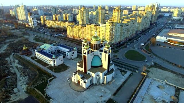 vídeos de stock, filmes e b-roll de horizonte de megalópole. tiro aéreo sobre kiev, ucrânia. skyline da cidade. - característica arquitetônica