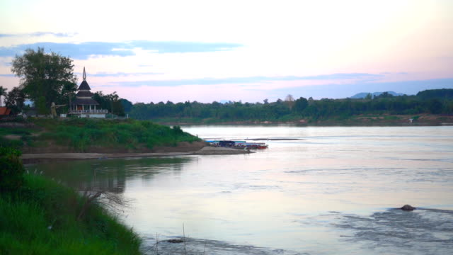 vídeos de stock e filmes b-roll de mekong river on chiang khan district in the northern part of loei province, northeastern thailand. - fishman