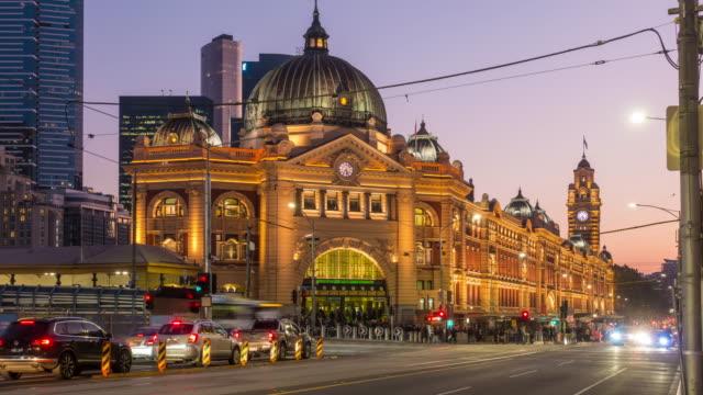 日没時のオーストラリアのメルボルンフリンダースストリート駅 - オーストラリア メルボルン点の映像素材/bロール