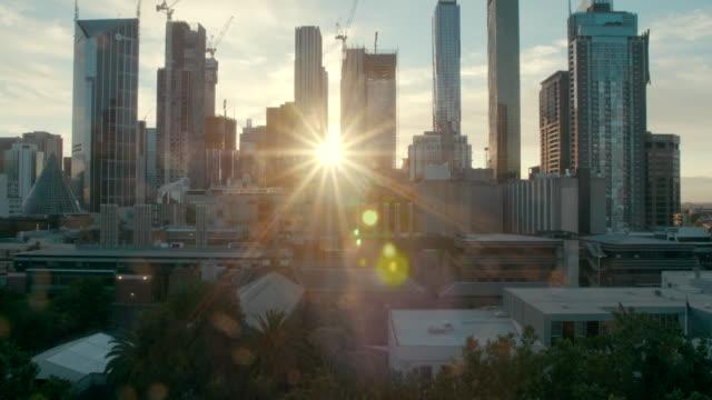 夕焼け (スローモーション) メルボルンの高層ビル - オーストラリア メルボルン点の映像素材/bロール