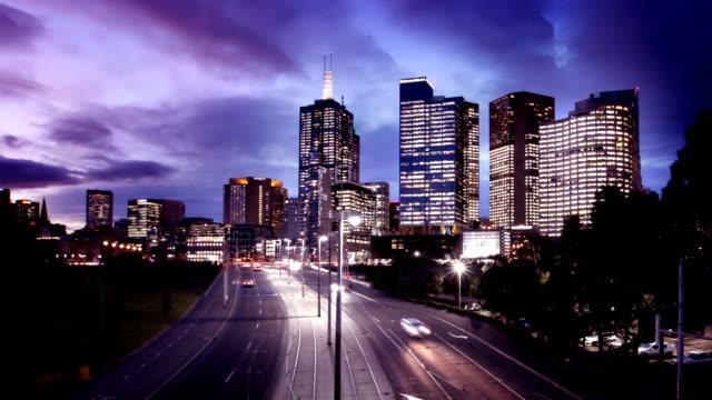 メルボルン交通と夜のタイムラプスにスカイラインの日 - オーストラリア メルボルン点の映像素材/bロール