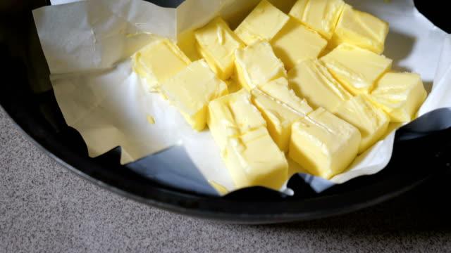 vídeos de stock, filmes e b-roll de manteiga derretida no empacotamento da folha. - gordura