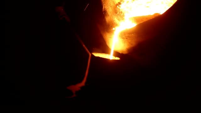melted iron liquid in the crucible - attrezzatura energetica video stock e b–roll