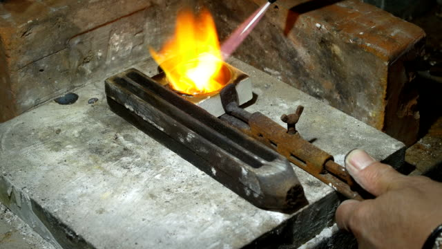 değerli metal bir parça erime: altın, gümüş, kuyumcu, silversmith - bunsen beki stok videoları ve detay görüntü çekimi