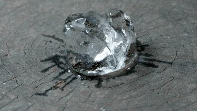 eriyen buz küp zaman atlamalı - küp buz stok videoları ve detay görüntü çekimi