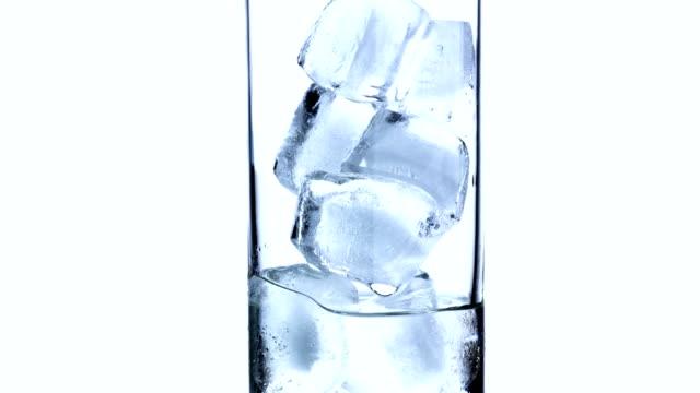 eriyen buz küplerinde cam zaman atlamalı - küp buz stok videoları ve detay görüntü çekimi