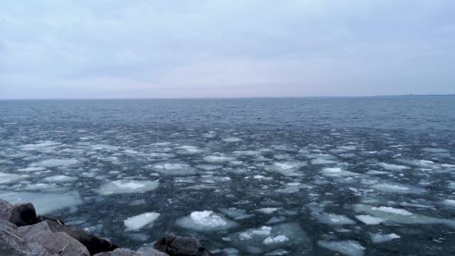 smältande is på den stora vidsträckta. stora bitar av is, som glas, slåss mot varandra. konceptet med slutförandet av vinter smältande glaciärer och global uppvärmning. - polarklimat bildbanksvideor och videomaterial från bakom kulisserna