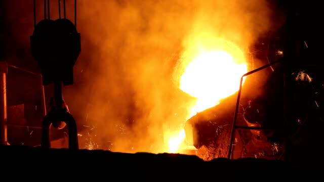 fusione in fonderia di ferro - acciaio video stock e b–roll