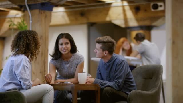 vídeos de stock, filmes e b-roll de membros de uma pequena reunião de negócios de start-up - nova empresa