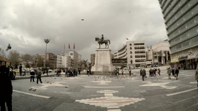 denkmal von atatürk auf pferd quadratische türkischen fahnen passanten tauben bewölkten tag urbane stadtbild - ankara türkei stock-videos und b-roll-filmmaterial